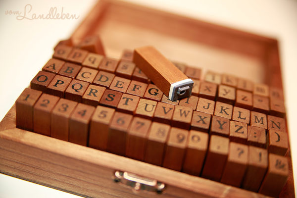 Buchstaben-Stempel aus Holz