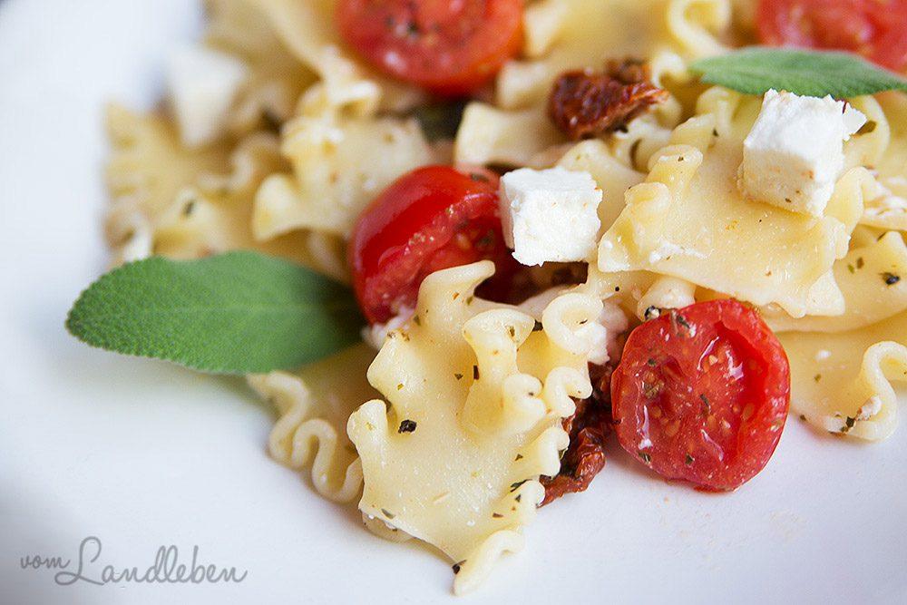 Rezept: Salbei-Nudeln mit Feta und Tomaten