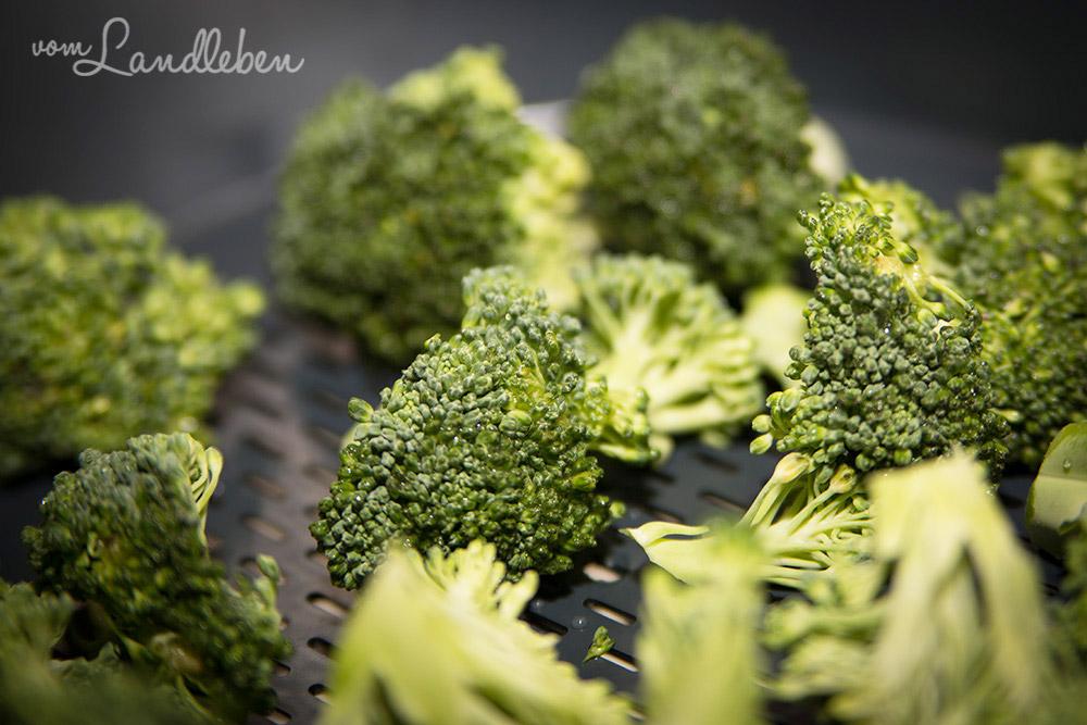 Rezept: Brokkoli-Salat mit schwarzen Oliven