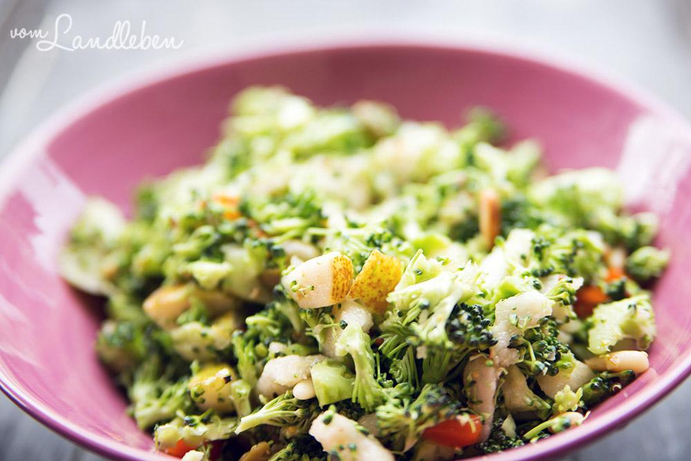 Rezept: Brokkolisalat mit Birne und gerösteten Pinienkernen
