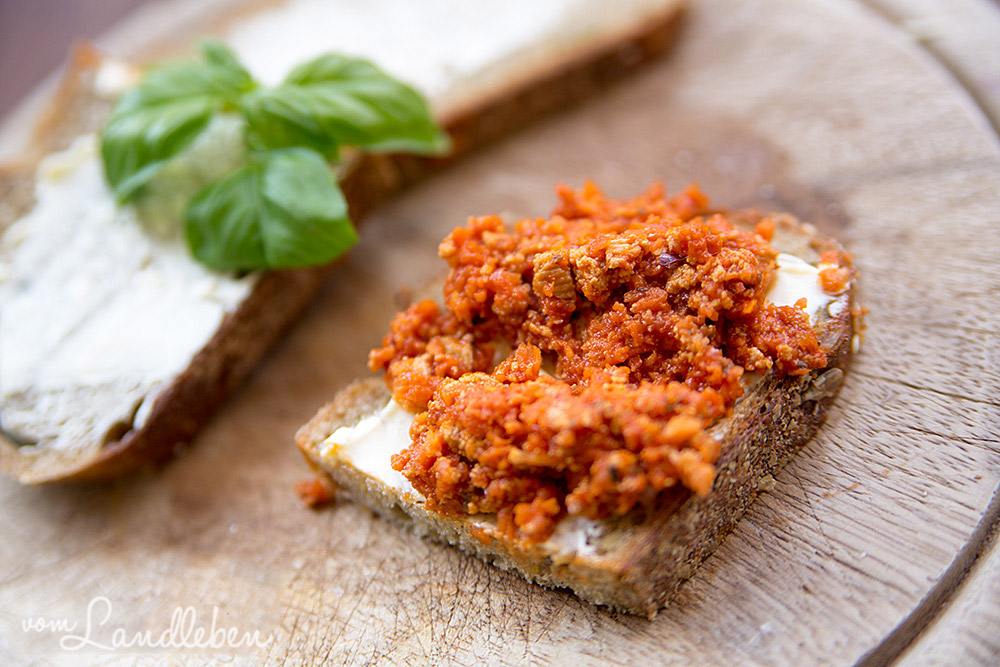 Rezept: Vegetarischer Brotaufstrich aus Tofu-Bolognese