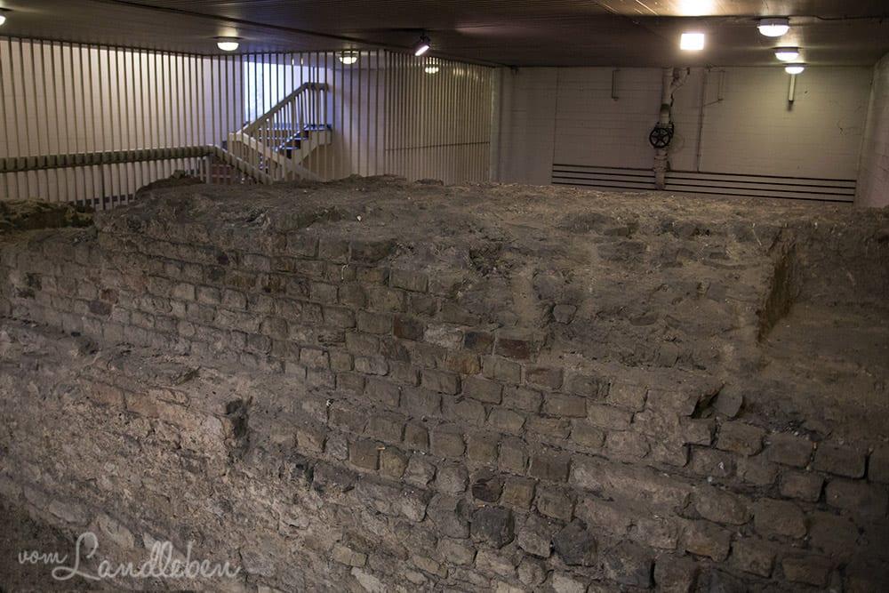Teile der Kölner Stadtmauer sind im Parkhaus am Dom zu sehen