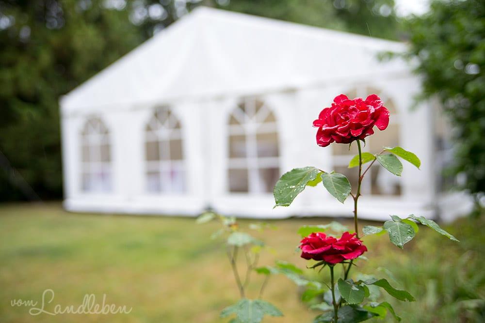 Unsere Hochzeit: das Zelt für die Feier im Garten