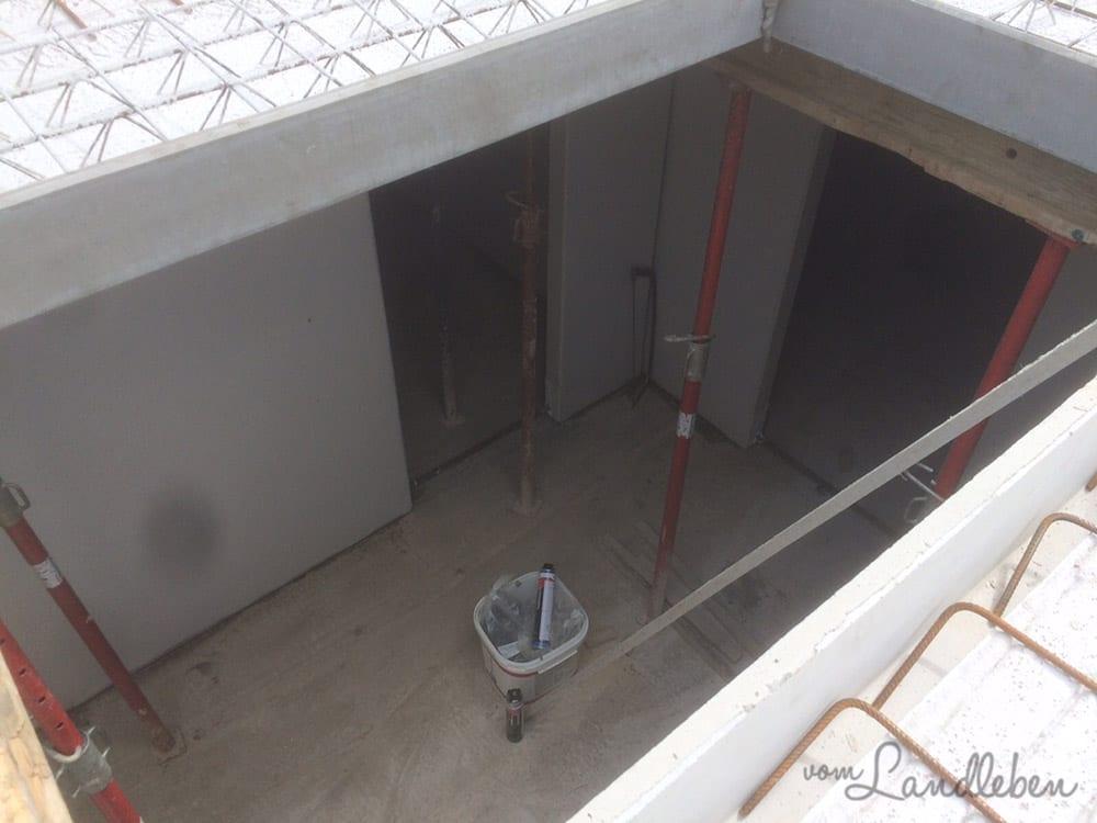 Blick ins Treppenhaus- links geht's in den Haustechnikraum, daneben ins Sportzimmer