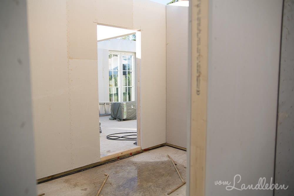 Blick von der Abstellkammer durch die Küche ins Wohnzimmer