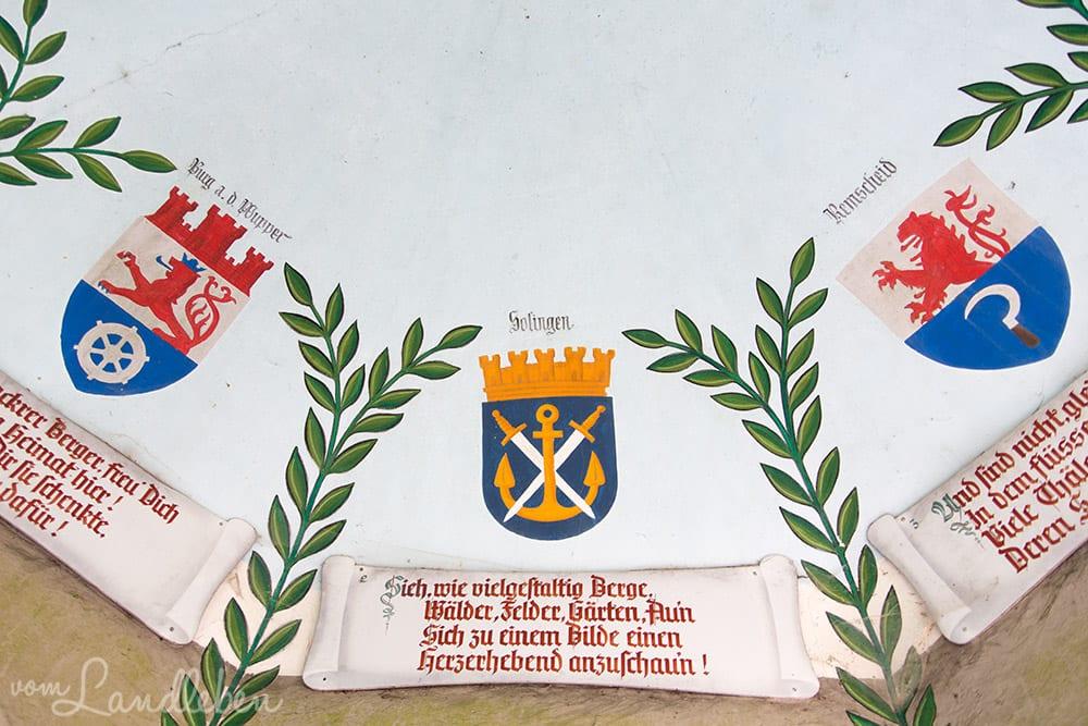 Die Wappen verschiedener Städte im Bergischen Land zieren das Innere des Diederichs-Tempels