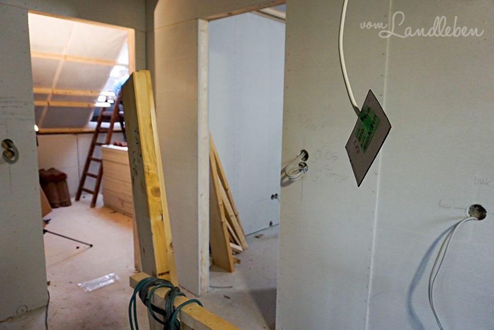 Die linke Tür führt in mein Arbeitszimmer, die rechte in das Zimmer des Besten. Vorne ist die Treppe zu erahnen