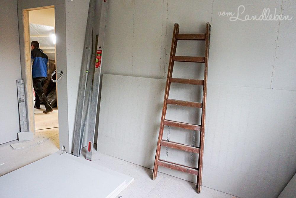 Blick vom Schlafzimmer in den Flur. In die Nische, wo die Leiter lehnt, kommt der Kleiderschrank