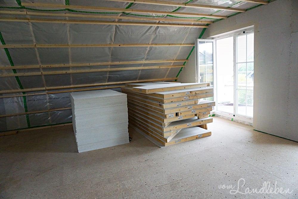 Die Innenwände werden mit einer zweiten Schicht Fermecall-Platten verstärkt (linker Stapel)
