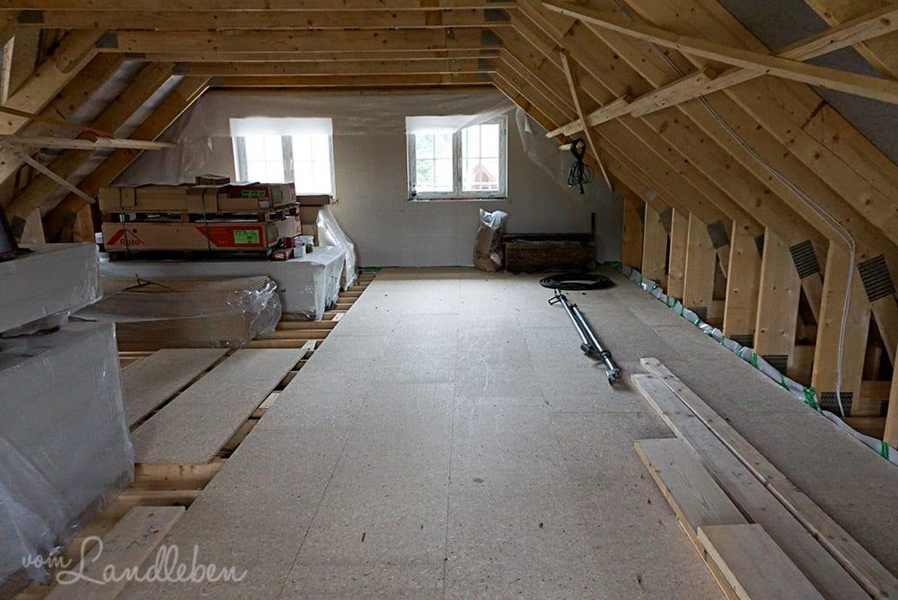 Von meinem Arbeitszimmer aus fotografiert: das linke Fenster gehört zum Bad, das rechte zum Schlafzimmer