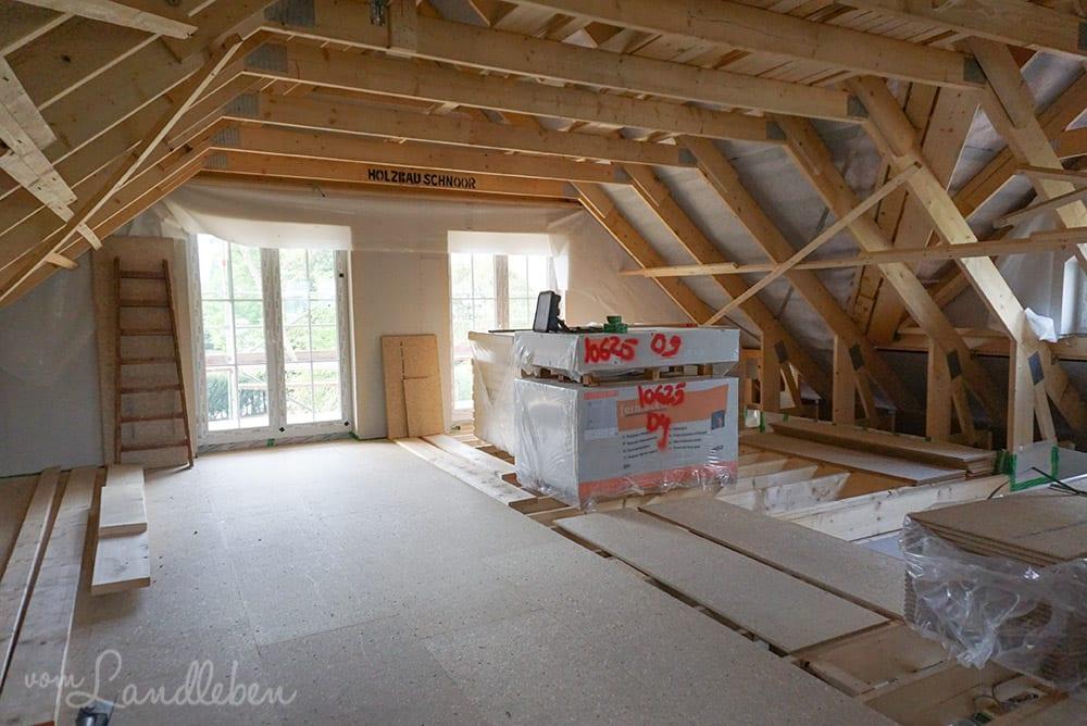 Dachziegel & beginnender Ausbau im Dachgeschoss