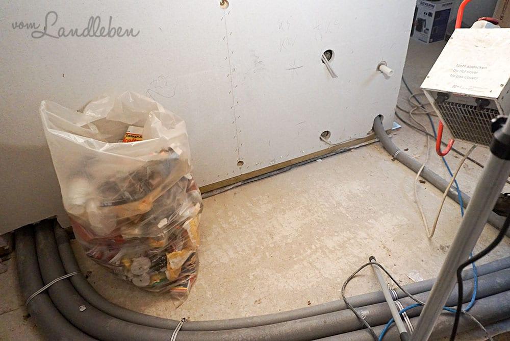 Rohre (und ein unglaublich fotogener Müllsack) in der Küche