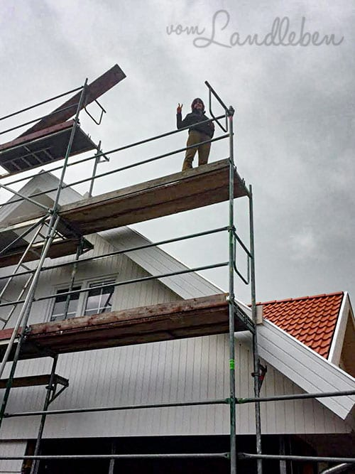 Hausbau: die Bauherrin auf dem Gerüst