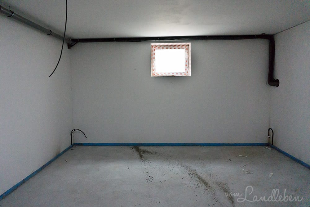 Rechts führen die Leitungen nach draußen zur Acalor-Pumpe (dem Raumschiff), links durchbrechen sie die Wand zum Haustechnikraum