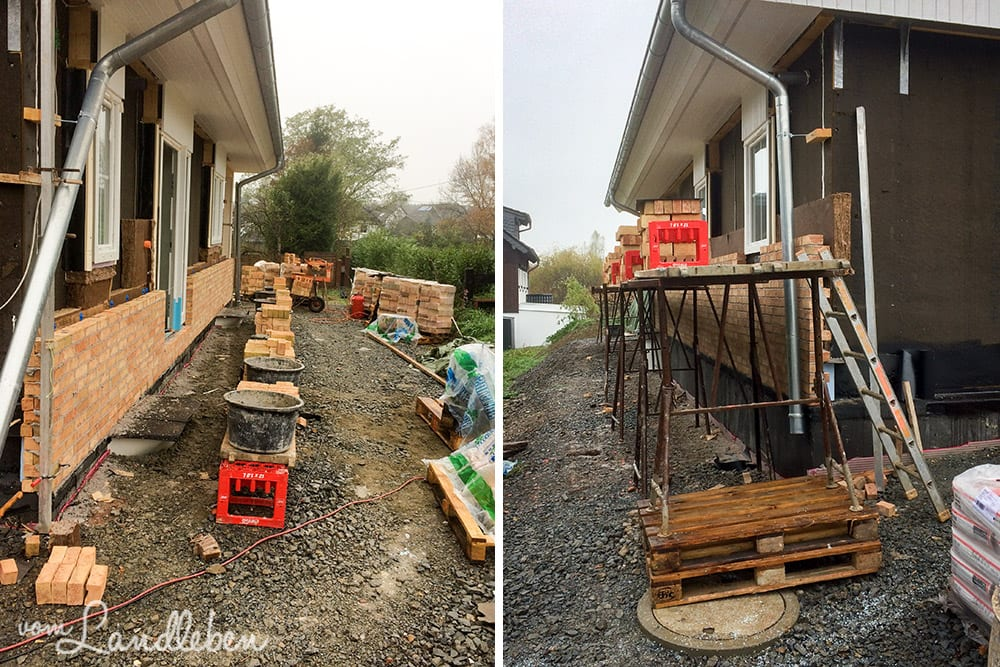 Links: die Seite mit der Haustür. Rechts: die Seite mit dem Küchen- und Abstellkammerfenster