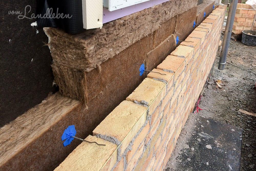 Luftschichtanker verbinden die Klinker mit dem Haus und halten die Dämmung an Ort und Stelle