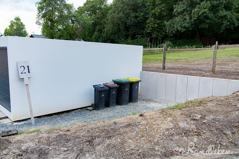 Der Mülltonnenstellplatz entsteht