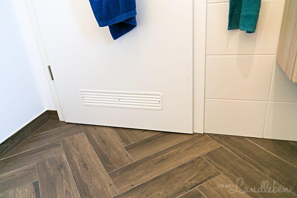 Danhaus: Entlüftungsgitter in der Tür im Gäste-WC