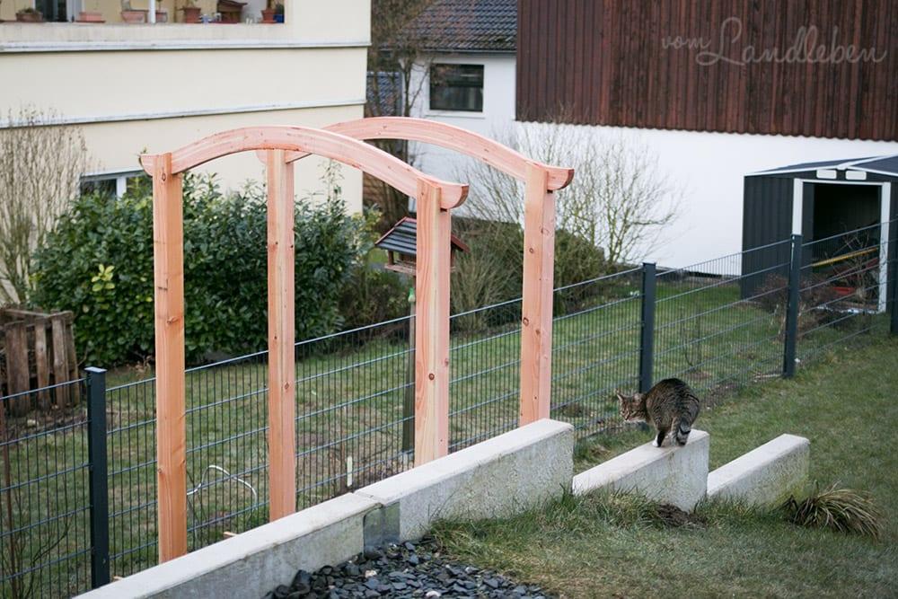 Laubengang und Holzzaun an der Terrasse – Montage