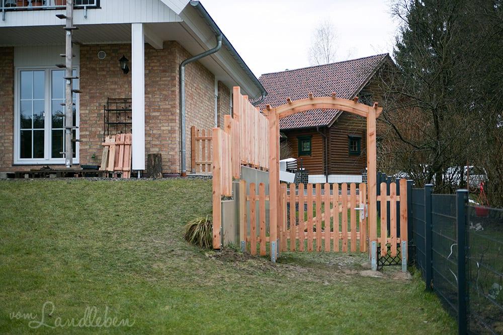 Laubengang und Holzzaun an der Terrasse