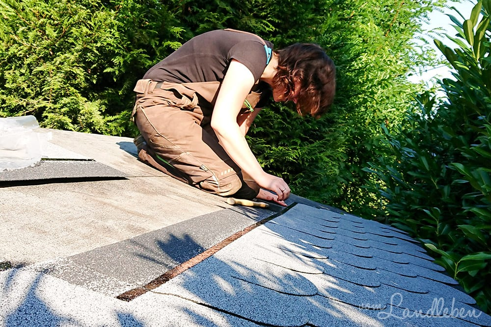 Dachdecken auf dem Gartenhäuschen