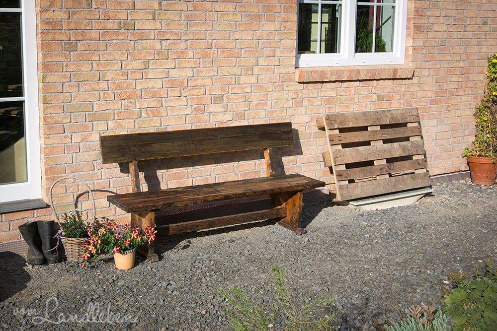 Restaurierte Holzbank