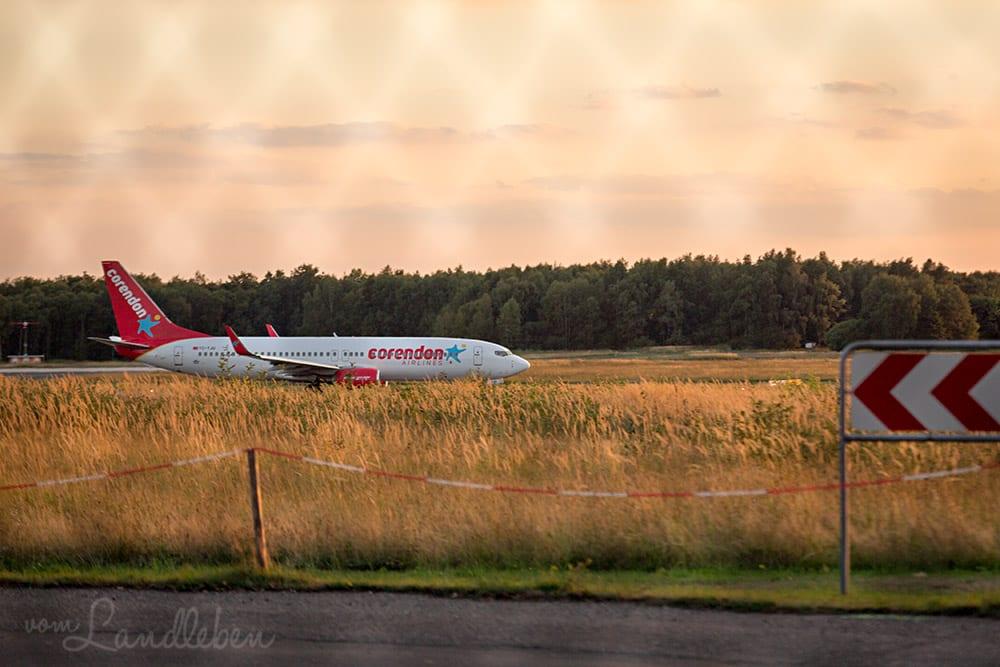 Flugzeuge fotografieren durch Maschendraht