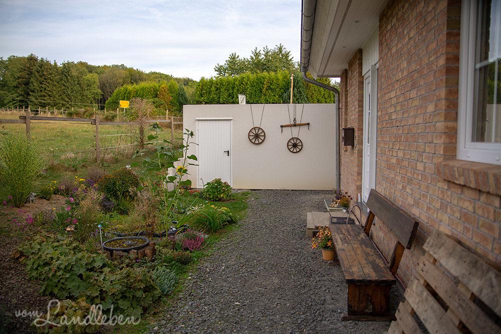 Mittelgarten und Garage im September 2018