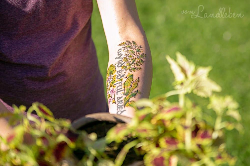Tattoo mit Wildpflanzen