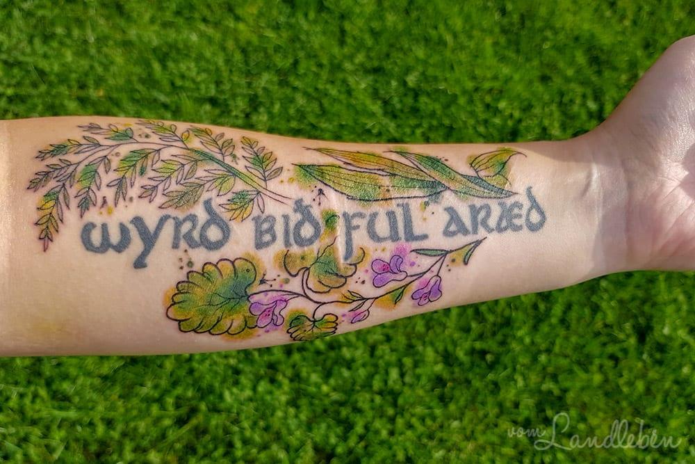 Tattoo mit Wildpflanzen - Gundelrebe, Spitzwegerich, Farn