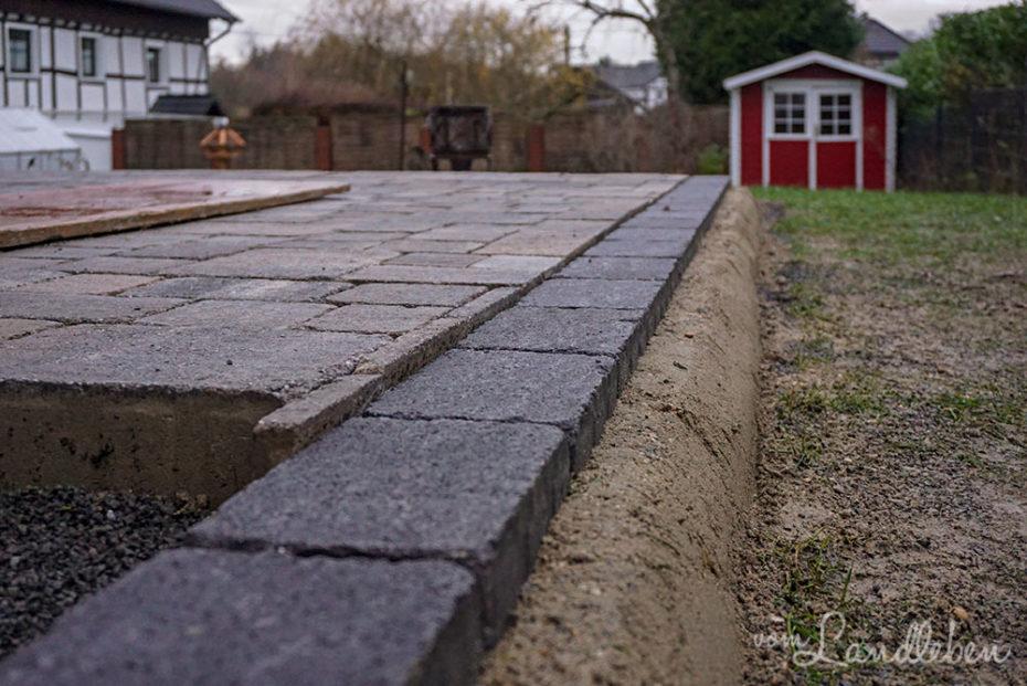 Terrasse pflastern - Einfassung