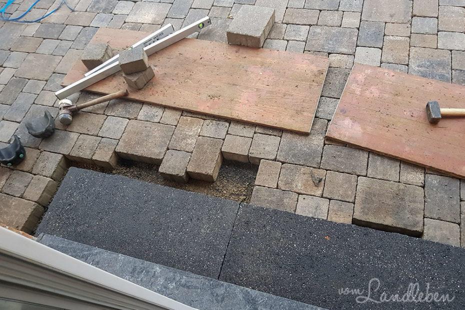 Terrasse pflastern - Eingangstufen an der Terrassentür