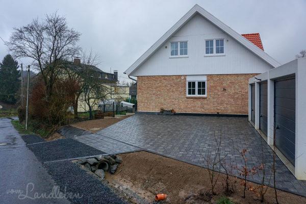 Fertig gepflasterter Hof mit Einfahrt vor unserem Danhaus