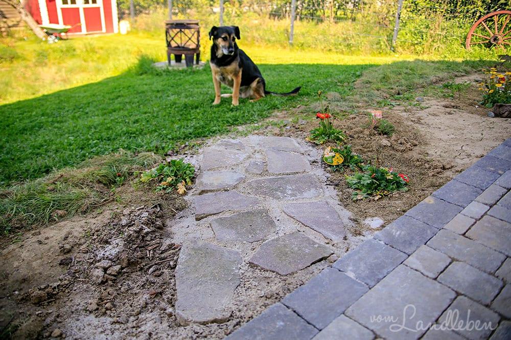 Weg mit Natursteinen pflastern