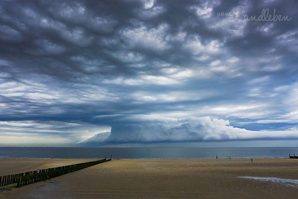 Gewitterwolken am Strand