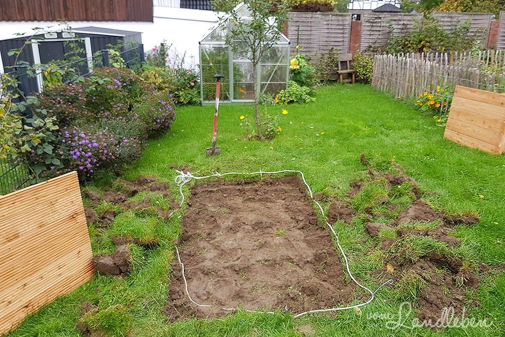 Fläche für Hochbeet: Rasen abstechen