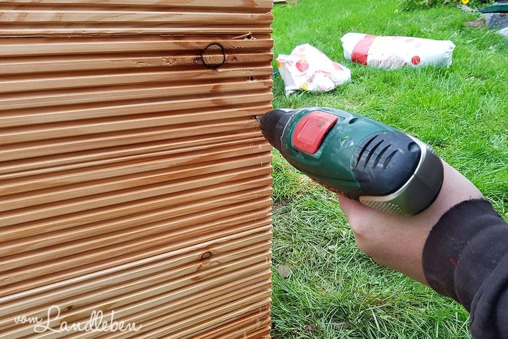 Hochbeet aufbauen und verschrauben