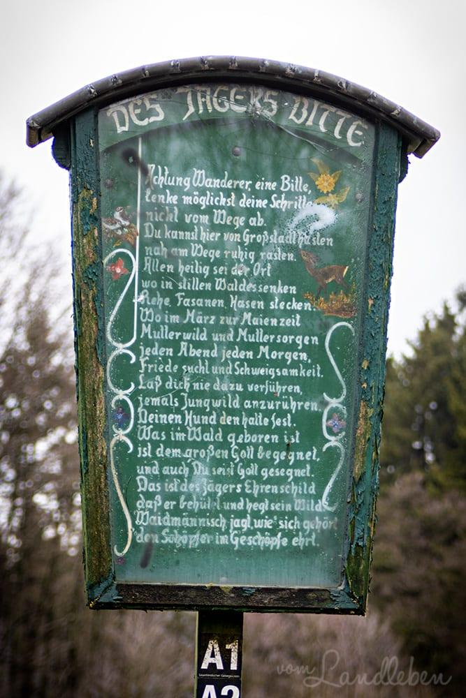 Des Jägers Bitte - Schild am Wanderparkplatz Federath