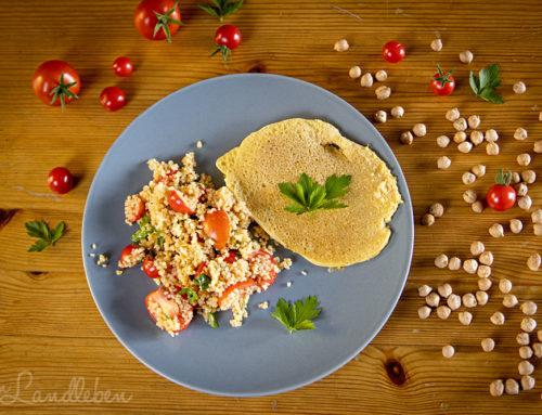 Kichererbsen-Pfannkuchen mit Couscous-Salat
